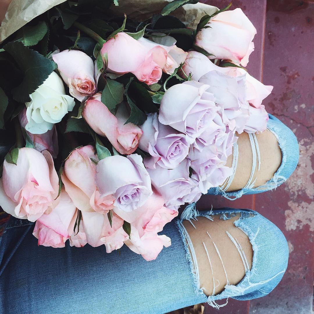 к ногам букет прекрасных роз фото будь аккуратен огнем