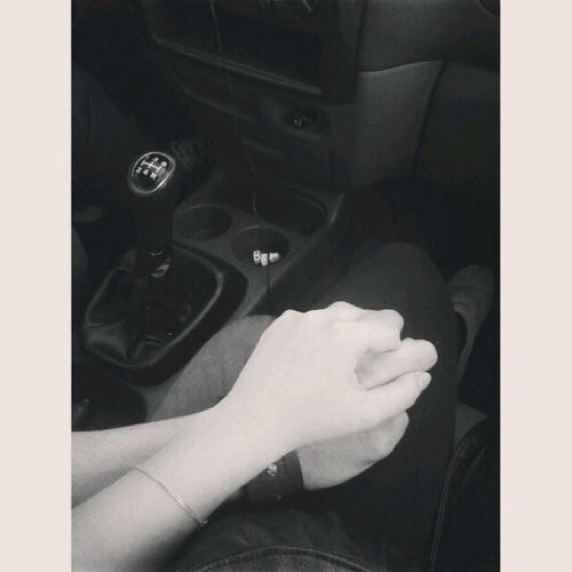 картинки в машине двое держаться за руки зимой
