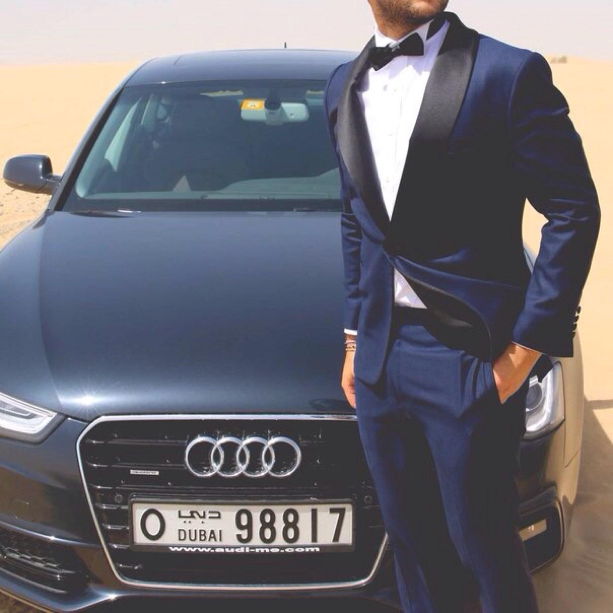 Фото мужчина в костюме возле машины